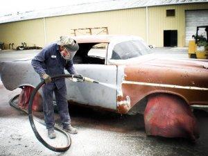 Renovace pískováním zrezlé karoserie auta
